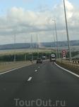 Подъезжаем к мосту Нормандия. Один из самых длинных подвесных мостов в мире (2350 метров). Делали его семь лет.