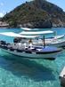Вода такая чистая, что создается впечатление, что катера висят в воздухе.