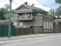 Много в городе сохранилось деревянных домов. Этот не из самых лучших