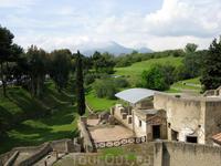 К востоку от Неаполя находятся Помпеи. Вид на Везувий