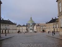 Амалиенборг-монументальный комплекс из четырёх дворцов на восьмиугольной площади.