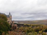 """Вид со смотровой площадки у входа в Алькасар. Хотя Алькасар - это арабское слово, обозначающее """"замок-крепость"""", строительство крепости в Сеговии началось ..."""