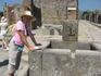 у источника питьевой воды в Помпеях