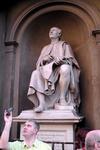 Ну и памятник автору знаменитого купола Собора Св.Марии с цветком. Памятник расположен у Собора, и, по легенде, Брунелески внимательно смотрит на своё ...