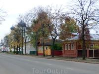 После Кремля на направились по улице Ростовской посмотреть город и купить сувениров. Город оказался чистым, уютным, с отличным асфальтом, плиточными тротуарами ...