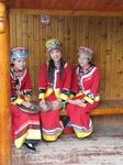 Местные девушки развлекают туристов