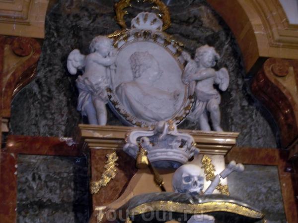 Большую часть жизни Барбара страдала астмой. Стройная и изящная в юности, к старости королева набрала избыточный вес. Умерла Барбара в своём любимом дворце Аранхуэс 27 августа 1758 года. Как она и хотела ее похоронили в этой церкви. Ее усыпальница находится ...