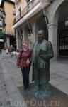 По центру панорамы расположился театр имени Хуана Браво. У входа - памятник Антонио Мачадо, испанскому поэту, драматургу и философу. Он преподавал в Сеговии ...
