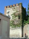 Справа контур площади ограничивает фрагмент старой стены, окружавшей город, а точнее не город, а часть города, прилегавшую к дворцу архиепископа. Стену ...