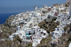 Как прекрасны города острова покрытого черным вулканическим песком и застроенного белоснежными домиками местных жителей.