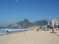 """Пляж Ипанема. Вид на гору Dois Irmãos (""""Два брата"""")."""