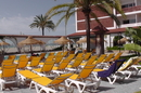 Шезлонги у бассейна бесплатны и более доступны, чем на пляже. Там их на всех не хватает.
