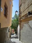 Полюбовавшись домиками, мы нырнули в проход и оказались в мире тихих узких улочек старинного города.
