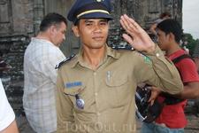 Камбоджийские полицейские толкают свои значки представителя закона за 10$ =)