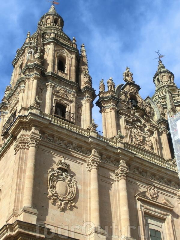 Ну и еще одно украшение всего этого великолепия - две колокольни, которые видны издалека из многих уголков города.