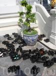 При входе в Храм все снимают обувь...