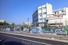 Окраины Афин не впечатлили, скорее наоборот, разочаровали. Наличие граффити везде, где можно, восторга не добавляло.