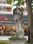 Вот такая симпатичная замшелая статуя находится прямо на улице.