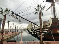 Это все о нем, корабль Тринидад, копия испанского галеона,  затонувшего в Трафальгарской битве, с рестораном на борту. Говорят, вход 5 евро с напитком ...