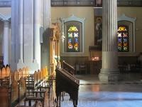 Меня удивило, что в соборе не было ни одного служителя, ни одной старушки. Кроме еще нескольких туристов мы никого там не увидели.