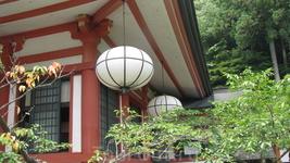 За главным зданием храма, тропа проходит через лес и ведет к  нескольким другим храмовым сооружениям в Kibune, небольшом городке в соседней долине.