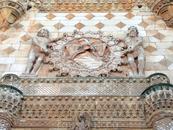 Фасад поражает великолепием и напоминает множество других шедевров этого времени. Достаточно вспомнить Casa de las Conchas в Саламанке (или другие здания ...