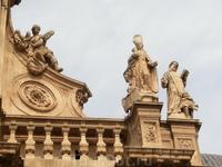 Фасад Собора украшен многочисленными скульптурами святых, автором многих из них является француз Antonio Dupar.