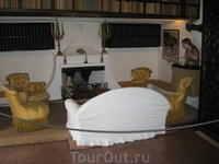 Это диван в библиотеке. Книги Дали находятся в Фигерасе, так что здесь лишь муляжи