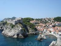 Дубровник, вид на город и крепость Ловриенац с крепостной стены