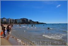 Широкая полоса великолепных пляжей из мягкого белого песка простирается более, чем на 7 км вдоль красивых прогулочных аллей-набережных с многочисленными ...