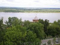 Вид на Волгу со стен Нижегородского кремля. Белая башня Нижегородского кремля - название башни, может быть, связано с цветом ее нижнего яруса, а, возможно ...