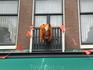некоторые жители украшали свои балконы оранжевыми ленточками или праздновали день рождение королевы на балконе, а кто то сидел в окнах!