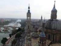 Здесь хорошо видны купола капелл и главный купол Базилики. Кстати, башни собора тоже не сразу построились. Первая из башен de Santiago, датируется 1715 ...
