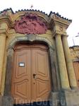 Перед нами показался Костел святого Иоанна Непомуцкого на скальце. Иоанн Непомуцкий один из наиболее почитаемых чешских святых, его изображения можно узнать ...