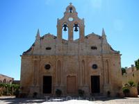 Монастырь Аркадиу (22 км к юго-востоку от Ретимнона). Moni Arkadiou - самый известный монастырь в истории Крита. Церковь (на фото) Католикон-Аркадиу (1587), построенная из солнечно-желтого песчаника с