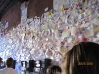 проход к дому Джульетты, все стены в записках от влюбленных со всего света...