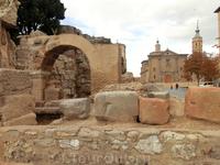 Данный отрезок стены заканчивается у башни Зуда (Torreón de La Zuda). Башня Зуда - это то, что осталось от дворца Зуда - мусульманской крепости (alcázar) ...