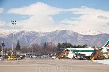 Аэропорт Турина окружен горами, поэтому взлет будет резкий...