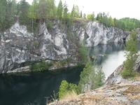 Рускеала. Мраморный карьер. Перед уходом финны уничтожили документацию по выработкам и соединили их с рекой Тахмайоки. Теперь откачать воду не представляется ...