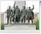 У подножия стелы - постамент, на котором возвышаются четыре бронзовые фигуры солдат СССР, США, Великобритании и Франции.