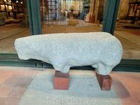 Мое внимание привлек стоящий на входе образец того, что называется испанским словом verraco - каменные фигуры, датируемые примерно II - V веком до нашей эры, точное назначение которых до сих пор неизв