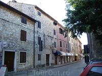 Улочки старого города. Как и положено средневековью, дома стоят впритык, места под защитой городских стен всем катастрофически не хватало.