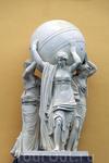 Многие скульптурные работы на здании Адмиралтейства исполнены Щедриным, старейшим мастером, с 1818 года ставшим ректором Академии художеств. Его резцу принадлежат две скульптурные группы &quotМорских