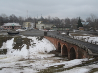 Каменный въездной мост в кремль построен в XIX в.