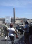 Мы шли по площади. Слева еще стояли стулья, не убранные после папского приема.