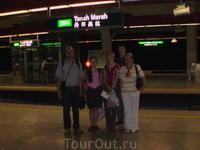 На платформе сингапурского метро