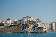 На скале между двух пляжей расположился Старый город и смотровая площадка.
