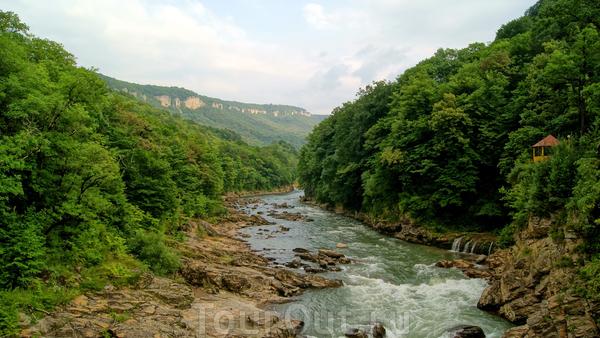Начнем с наиболее посещаемого места,водопадов Руфабго.Находятся водопады в двух километрах от Каменномосткого(Хаджоха)  Прогулка к водопадам начинается с моста через реку Белаю.Перед мостом обычно большое скопление автотранспорта,особенно в выходные ...