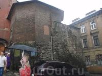 Остатки  древней стены.
