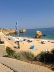 Пляжный сервис ,даже для постояльцев отеля платный.Всё устроено благопристойно,но основная масса отдыхающих расположилась на песочке...